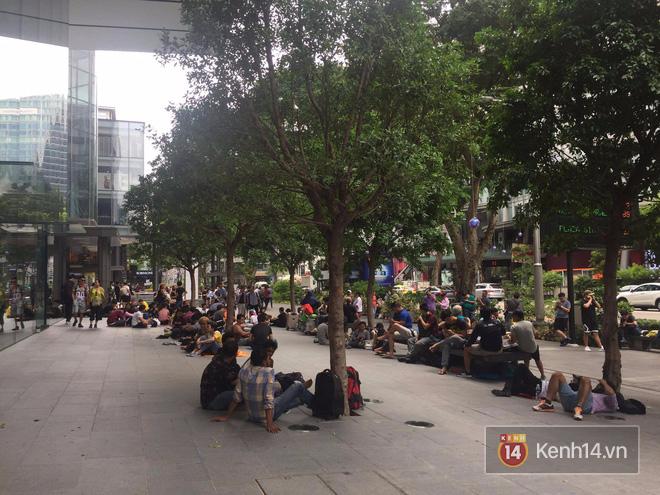 Mở bán iPhone X: Singapore và Úc la liệt người xếp hàng, thậm chí rao bán chỗ cho ai có nhu cầu - Ảnh 2.