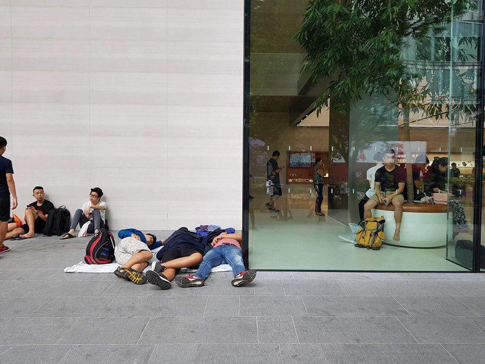 Mở bán iPhone X: Singapore và Úc la liệt người xếp hàng, thậm chí rao bán chỗ cho ai có nhu cầu - Ảnh 3.