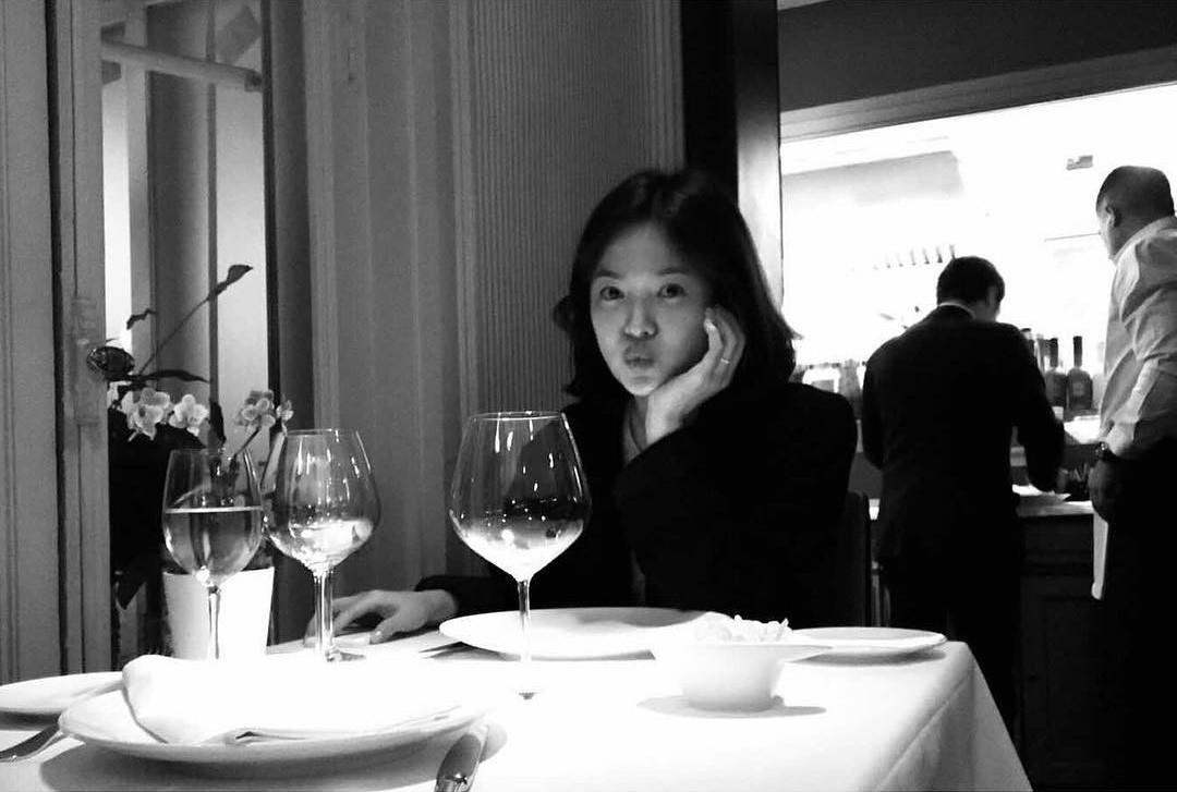 Ngọt ngào như Song Song: Vợ chu môi trên bàn ăn tối trong chuyến trăng mật, chồng ngồi đối diện chụp cho? - Ảnh 1.