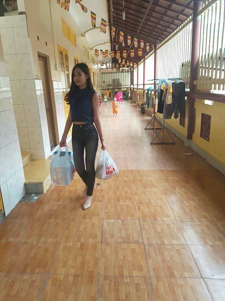 Tân Hoa hậu Đại dương ăn mặc giản dị đến trao quà cho trẻ em cơ nhỡ - Ảnh 1.