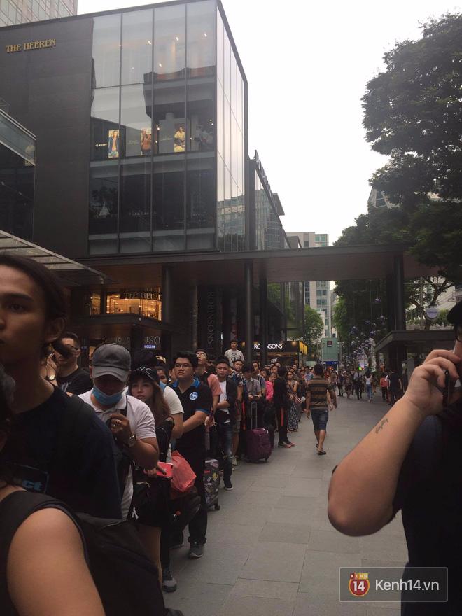 Mở bán iPhone X: Singapore và Úc la liệt người xếp hàng, thậm chí rao bán chỗ cho ai có nhu cầu - Ảnh 8.