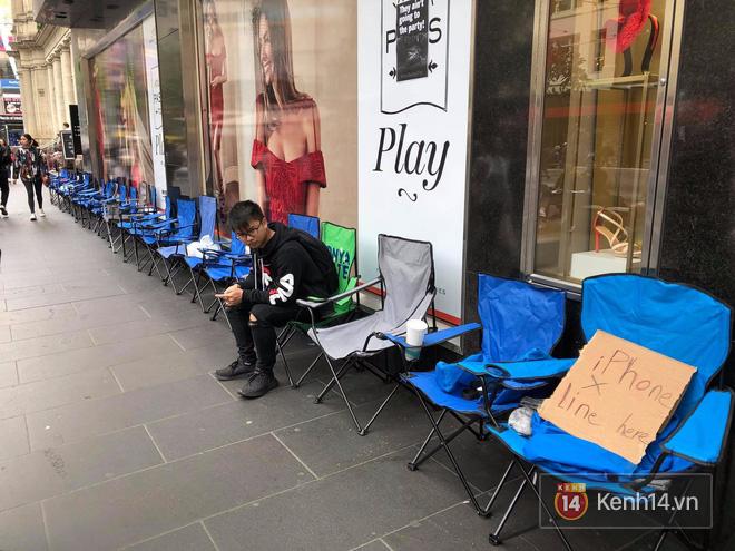 Mở bán iPhone X: Singapore và Úc la liệt người xếp hàng, thậm chí rao bán chỗ cho ai có nhu cầu - Ảnh 12.