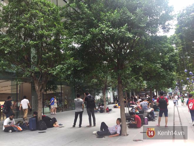 Mở bán iPhone X: Singapore và Úc la liệt người xếp hàng, thậm chí rao bán chỗ cho ai có nhu cầu - Ảnh 4.