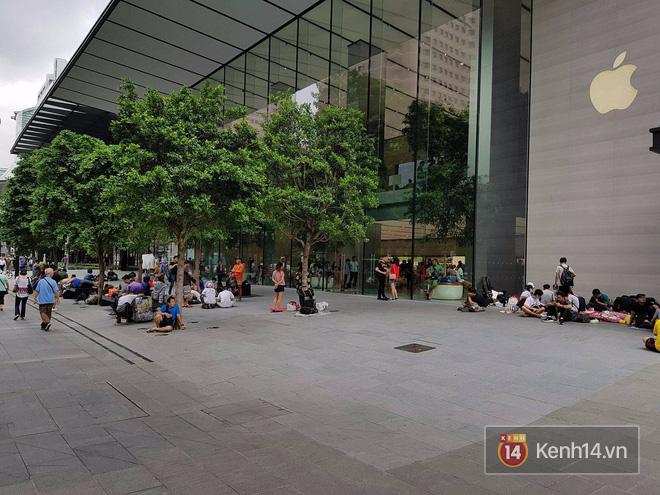 Mở bán iPhone X: Singapore và Úc la liệt người xếp hàng, thậm chí rao bán chỗ cho ai có nhu cầu - Ảnh 5.