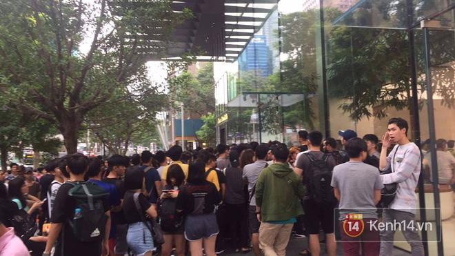 Mở bán iPhone X: Singapore và Úc la liệt người xếp hàng, thậm chí rao bán chỗ cho ai có nhu cầu - Ảnh 9.