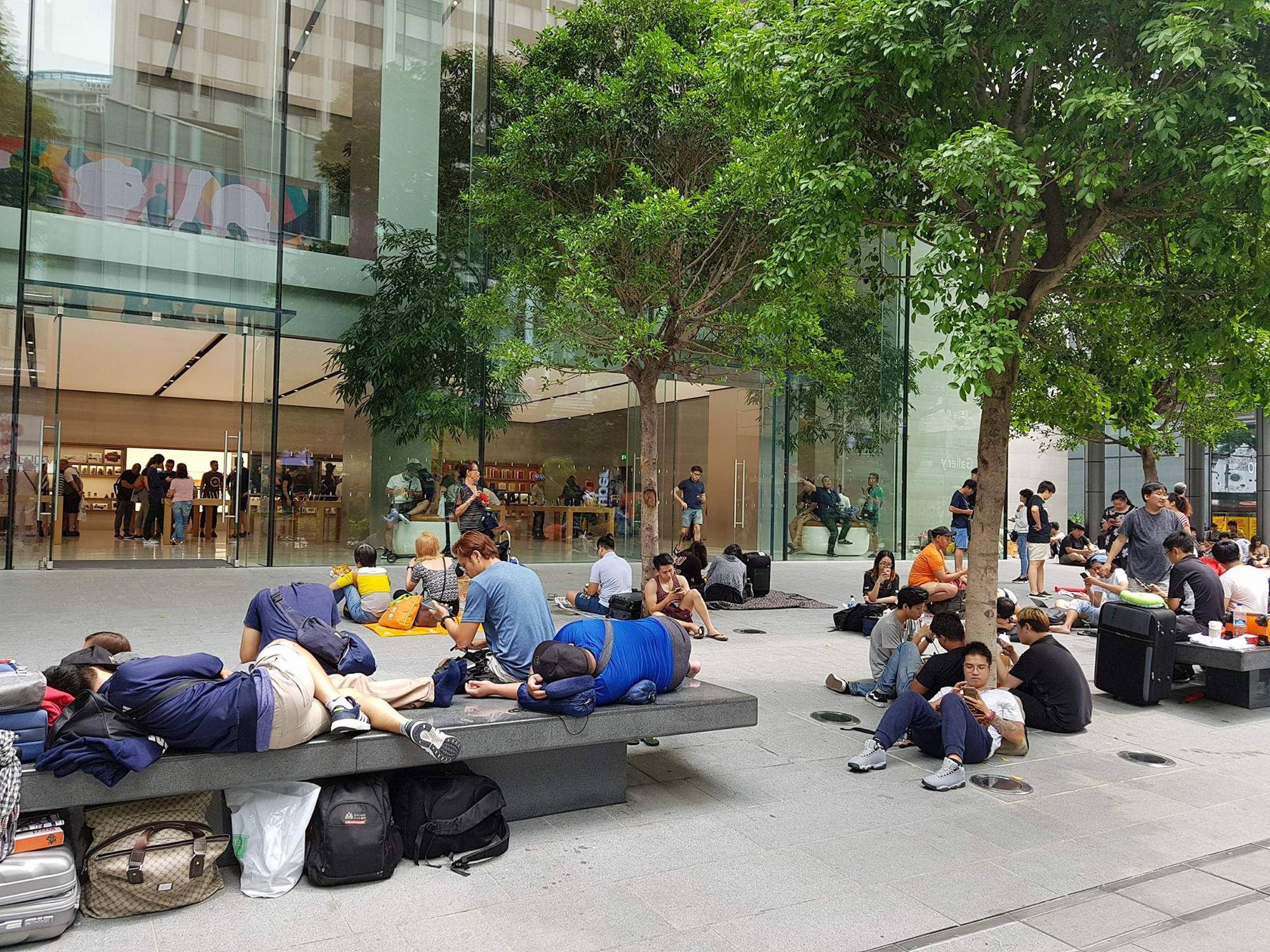 Mở bán iPhone X: Singapore và Úc la liệt người xếp hàng, thậm chí rao bán chỗ cho ai có nhu cầu - Ảnh 6.