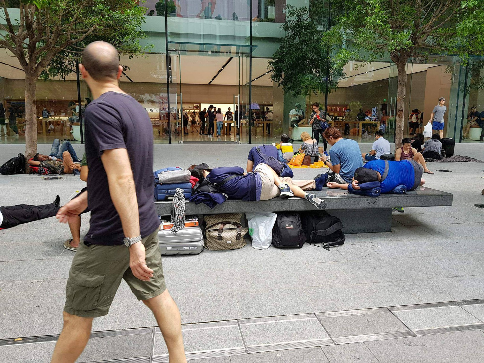 Mở bán iPhone X: Singapore và Úc la liệt người xếp hàng, thậm chí rao bán chỗ cho ai có nhu cầu - Ảnh 7.