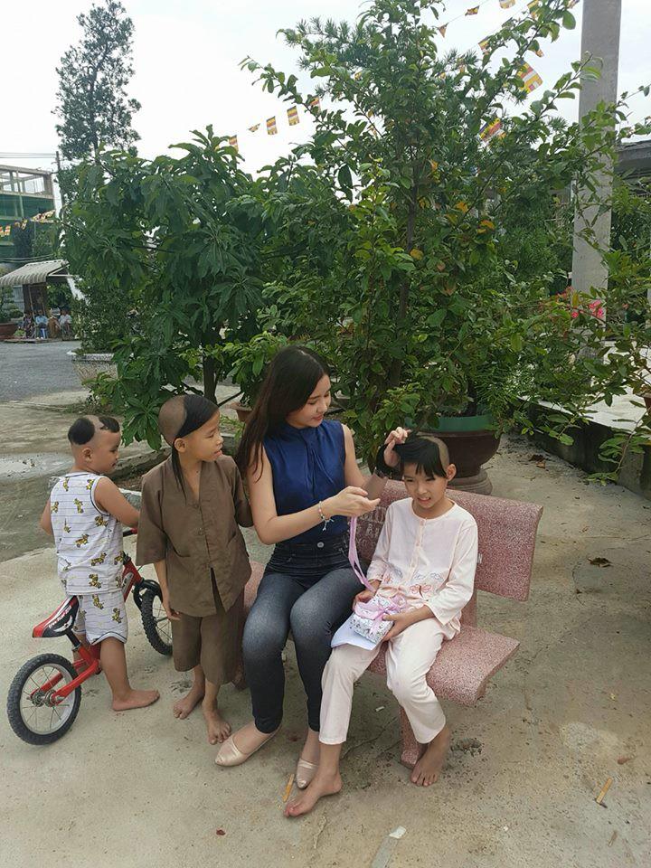 Tân Hoa hậu Đại dương ăn mặc giản dị đến trao quà cho trẻ em cơ nhỡ - Ảnh 4.