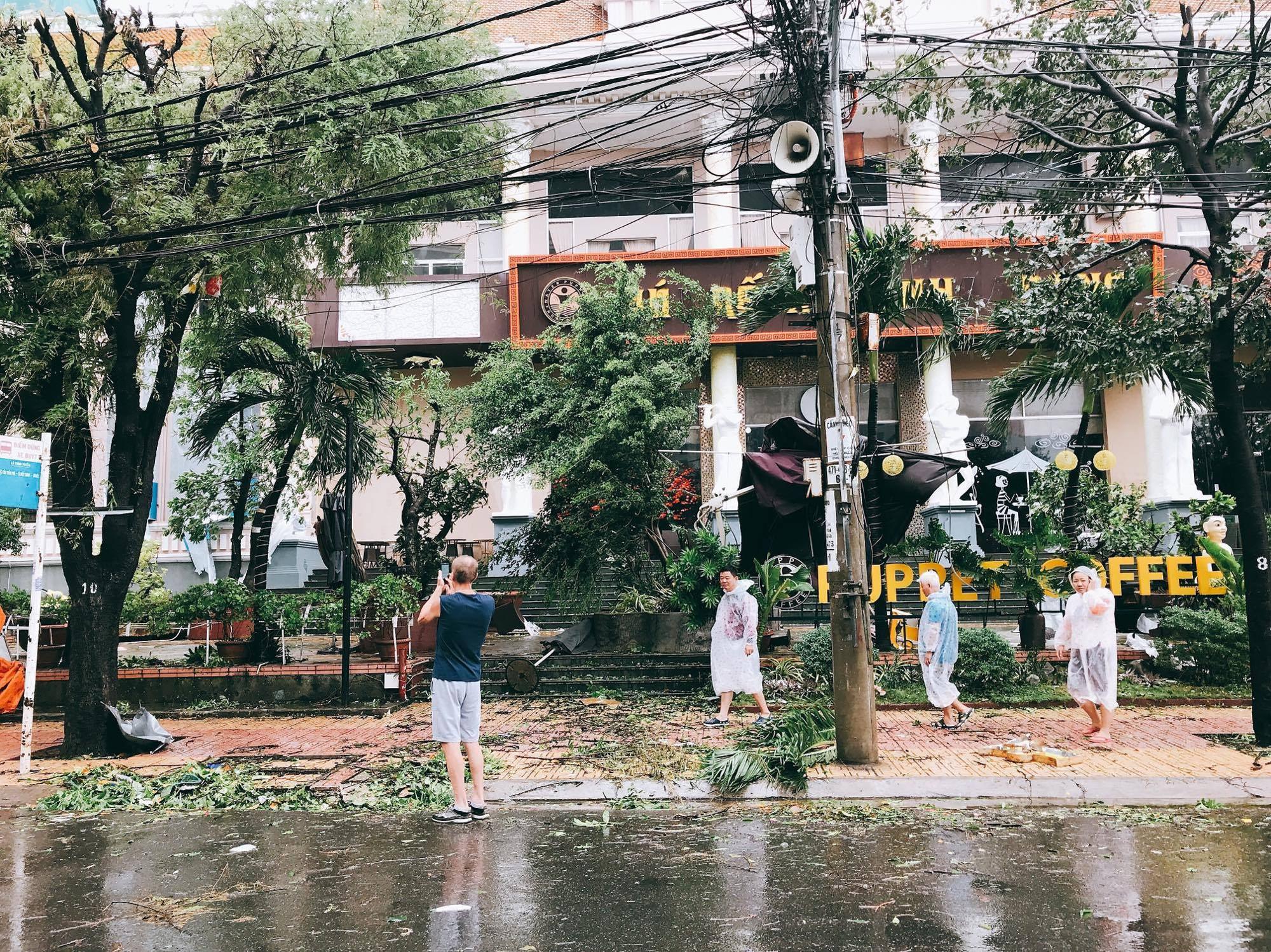 Chùm ảnh: Đường phố Nha Trang tan tác sau khi cơn bão số 12 càn quét - Ảnh 4.