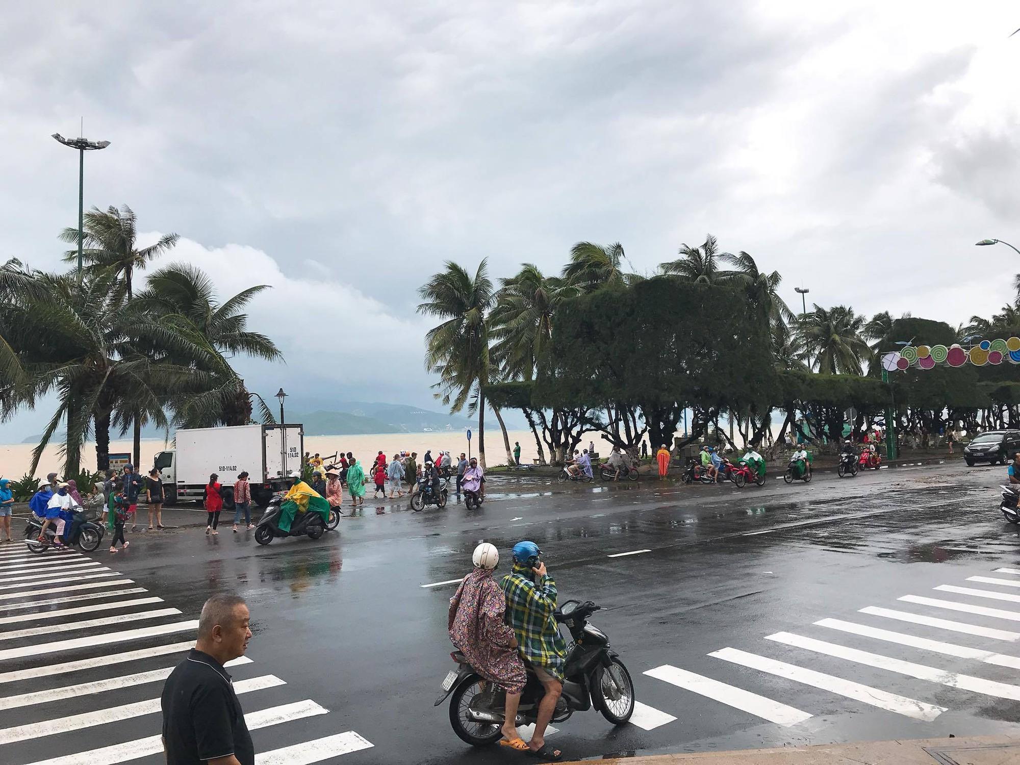 Chùm ảnh: Đường phố Nha Trang tan tác sau khi cơn bão số 12 càn quét - Ảnh 2.
