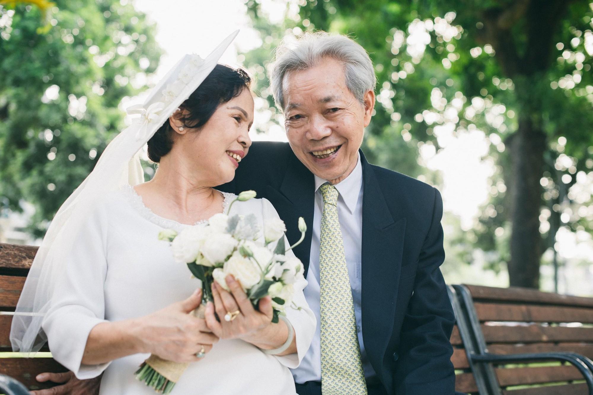 Bộ ảnh cưới đầu tiên sau 45 năm kết hôn và chia sẻ xúc động của cựu CEO Uber Việt Nam cho bố mẹ - Ảnh 1.