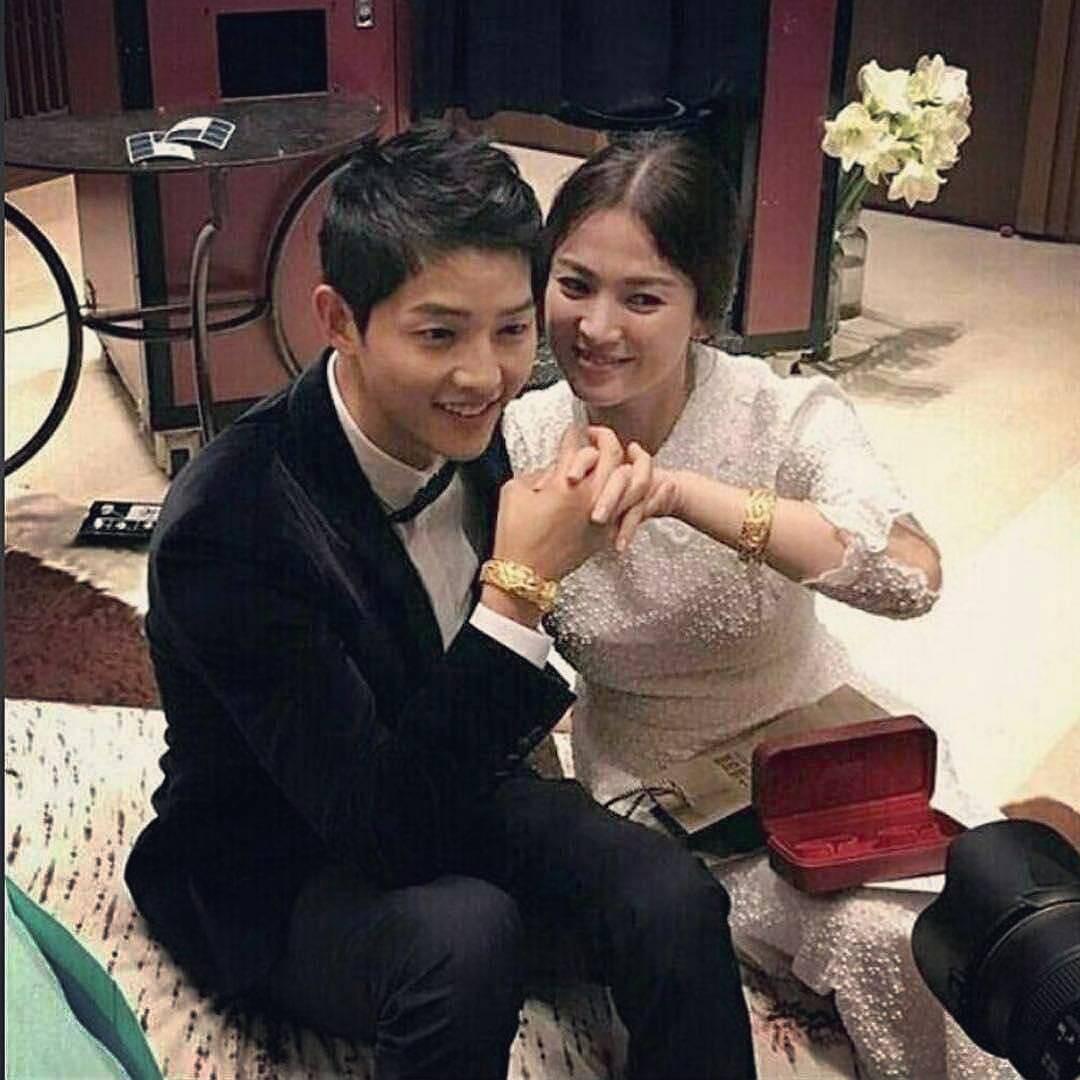 Song Joong Ki và Song Hye Kyo lộ hình đan tay tình cảm, đeo quà cưới vòng vàng long phượng khủng - Ảnh 1.