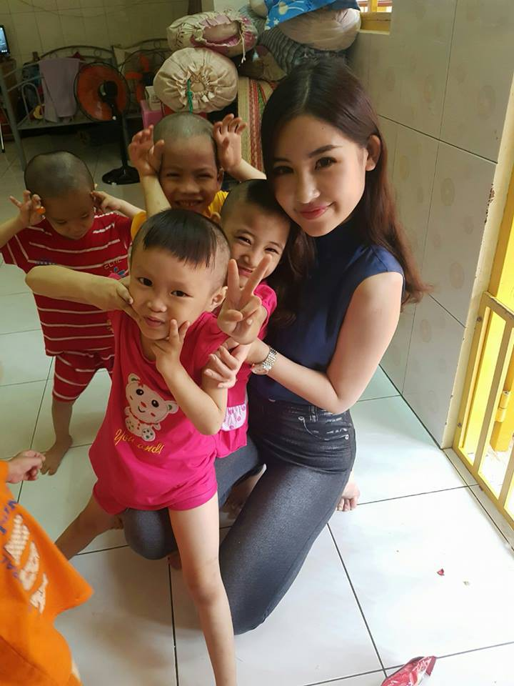 Tân Hoa hậu Đại dương ăn mặc giản dị đến trao quà cho trẻ em cơ nhỡ - Ảnh 3.