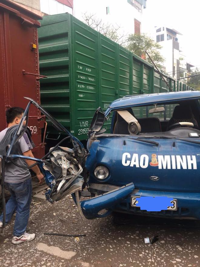 Hà Nội: Đỗ sát đường ray tàu hỏa, xe tải bị tàu đâm biến thành đống sắt vụn - Ảnh 2.