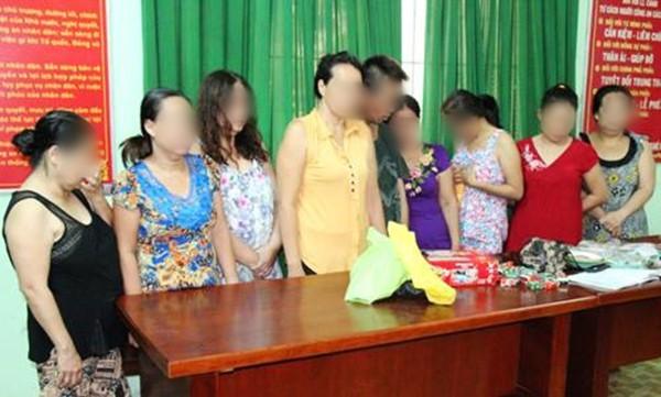 Đột kích bất ngờ, phát hiện nhiều quý bà đang sát phạt bài cào trong nhà hàng bỏ hoang ở Đồng Nai - Ảnh 1.