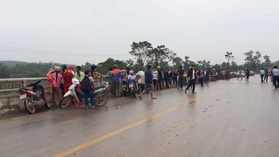 Một thầy giáo ở Hà Tĩnh nghi nhảy cầu tự tử sau khi để lại đôi dép trên cầu - Ảnh 1.