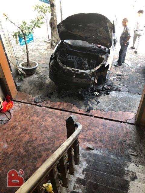 Hà Nội: Xe Mazda CX-5 bất ngờ cháy trụi đầu trong đêm - Ảnh 2.