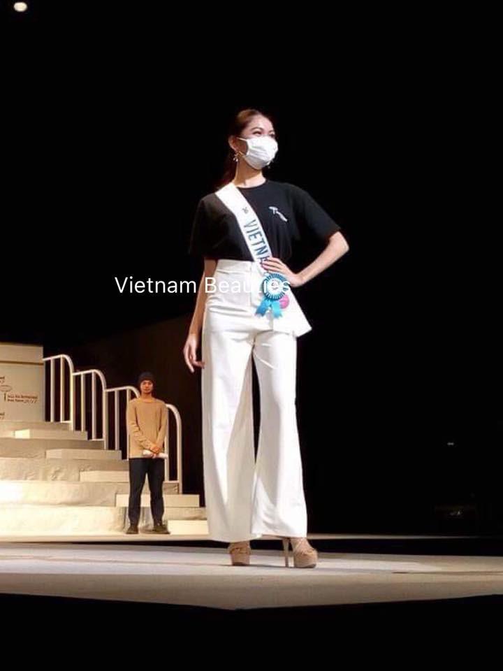Chưa khỏi hẳn bệnh thủy đậu, Thùy Dung đeo khẩu trang tham gia tổng duyệt đêm chung kết Miss International 2017
