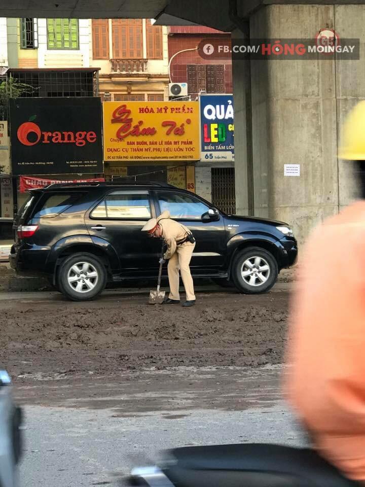 Hà Nội: Bùn đất từ xe tải rơi vãi đầy đường khiến nhiều người trượt ngã - Ảnh 3.