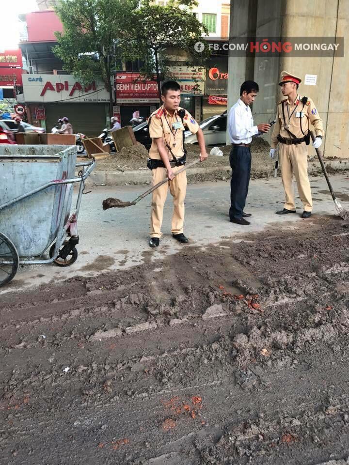 Hà Nội: Bùn đất từ xe tải rơi vãi đầy đường khiến nhiều người trượt ngã - Ảnh 4.