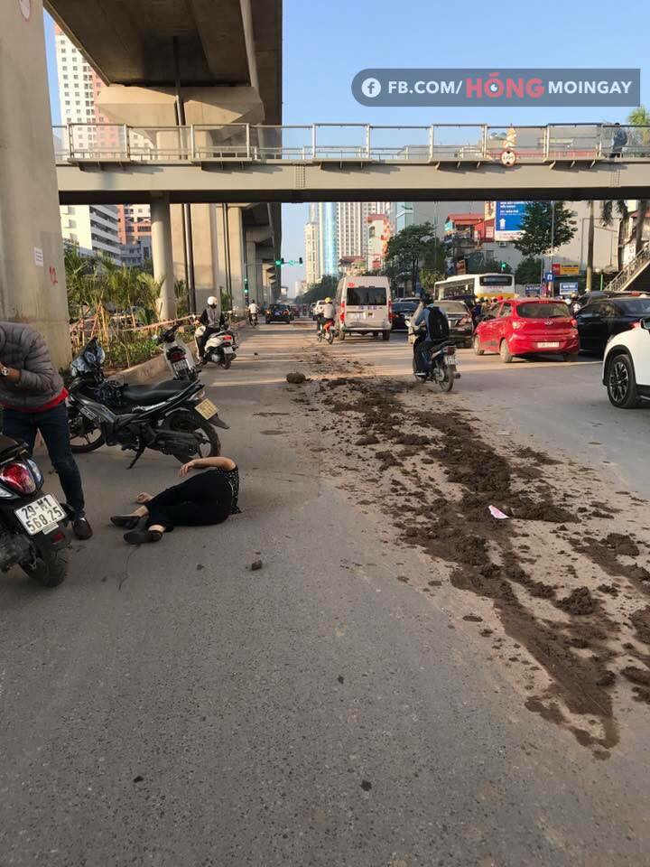 Hà Nội: Bùn đất từ xe tải rơi vãi đầy đường khiến nhiều người trượt ngã - Ảnh 1.