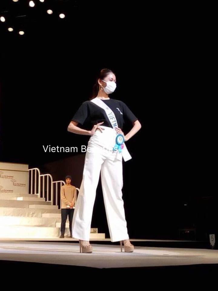 Chưa khỏi hẳn bệnh thủy đậu, Thùy Dung đeo khẩu trang tham gia tổng duyệt đêm chung kết Miss International 2017 - Ảnh 4.
