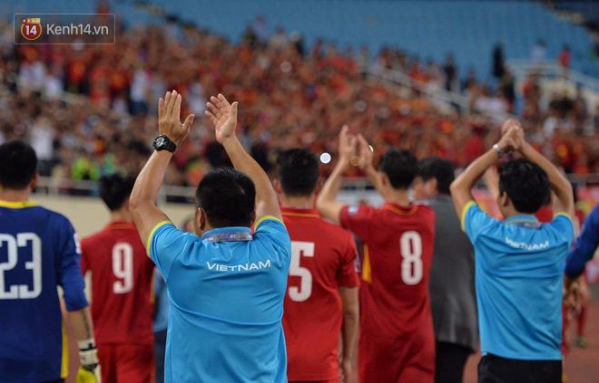 Thầy trò HLV Park Hang Seo dắt tay chào cảm ơn CĐV Việt Nam trên sân Mỹ Đình - Ảnh 4.