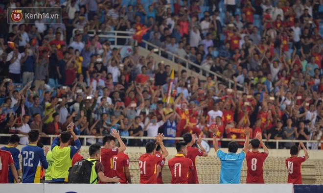 Cầu thủ Việt Nam dắt tay chào cảm ơn CĐV, ngày giành quyền dự Asian Cup 2019 - Ảnh 1.