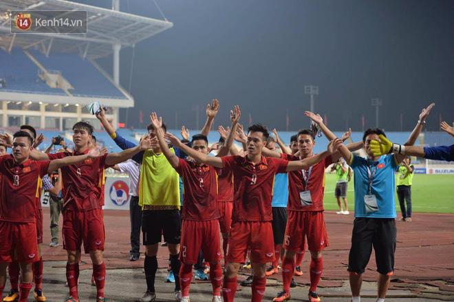 Cầu thủ Việt Nam dắt tay chào cảm ơn CĐV, ngày giành quyền dự Asian Cup 2019 - Ảnh 2.