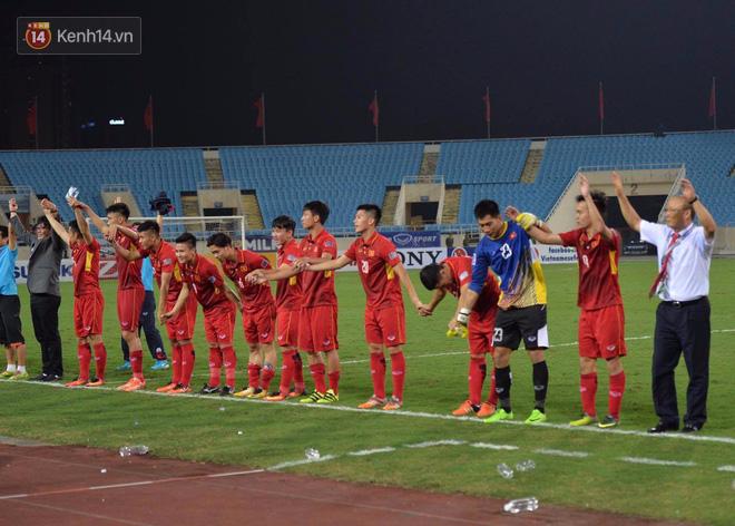 Cầu thủ Việt Nam dắt tay chào cảm ơn CĐV, ngày giành quyền dự Asian Cup 2019 - Ảnh 4.