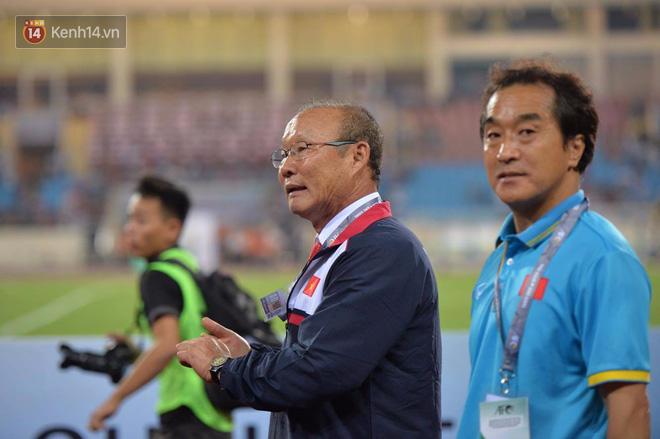 Thầy trò HLV Park Hang Seo dắt tay chào cảm ơn CĐV Việt Nam trên sân Mỹ Đình - Ảnh 12.