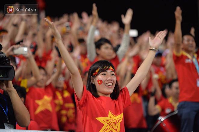 Cầu thủ Việt Nam dắt tay chào cảm ơn CĐV, ngày giành quyền dự Asian Cup 2019 - Ảnh 5.