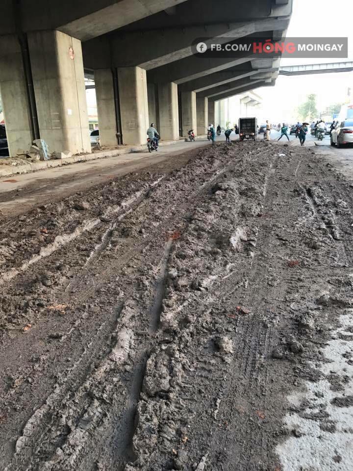 Hà Nội: Bùn đất từ xe tải rơi vãi đầy đường khiến nhiều người trượt ngã - Ảnh 2.