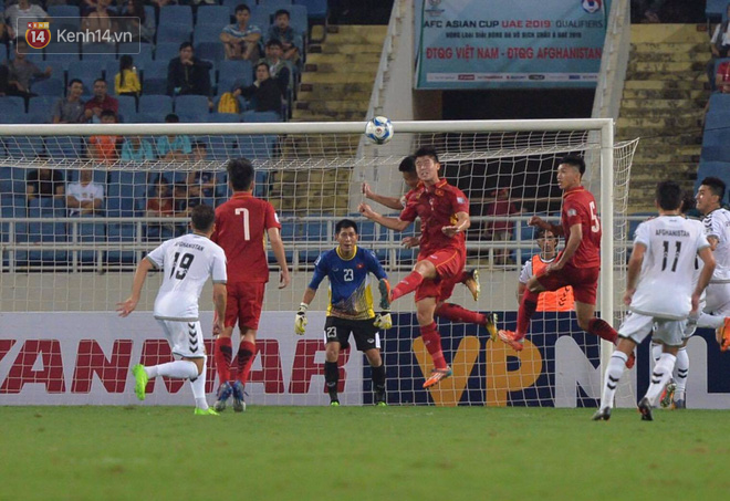 Cầu thủ Việt Nam dắt tay chào cảm ơn CĐV, ngày giành quyền dự Asian Cup 2019 - Ảnh 8.