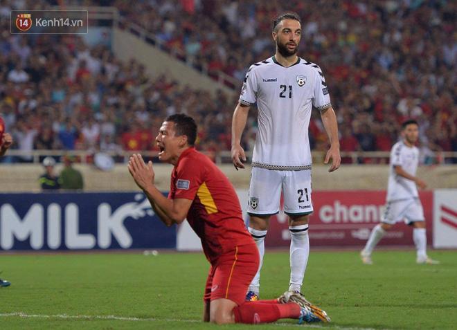 Cầu thủ Việt Nam dắt tay chào cảm ơn CĐV, ngày giành quyền dự Asian Cup 2019 - Ảnh 10.