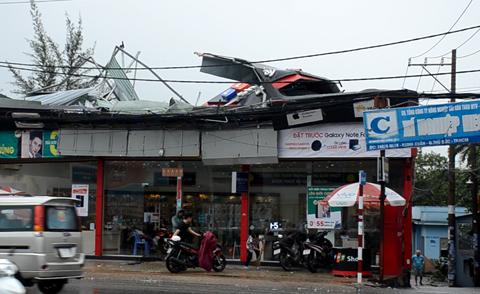 Ảnh hưởng của bão số 14: Nhiều nhà dân tốc mái, cây cổ thụ ngã đổ ở Sài Gòn - Ảnh 2.