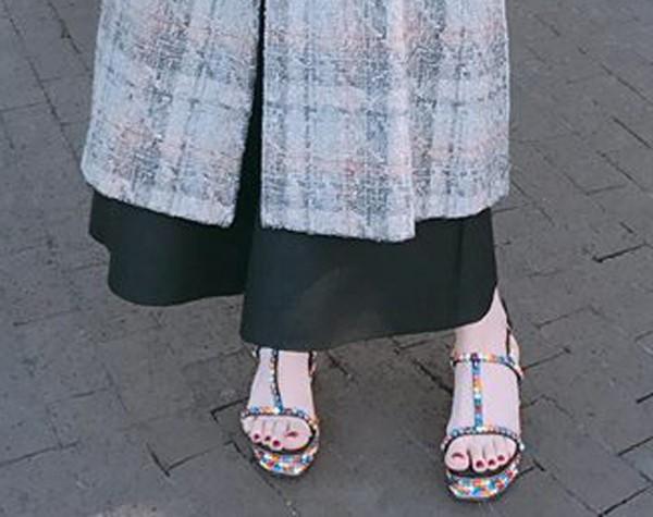 Trên khoác áo đông dưới lại đồ hè, thời trang kiểu mới của Hà Hồ nên khen hay chê? - Ảnh 2.