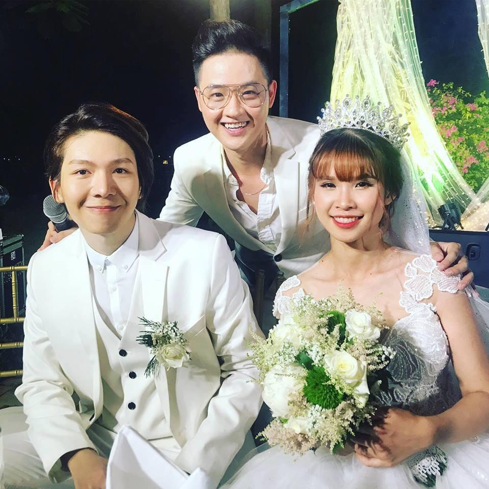 Vợ chồng Khởi My - Kelvin Khánh hát 60 năm cuộc đời, nhắng nhít tung hoa trong tiệc cưới - Ảnh 17.