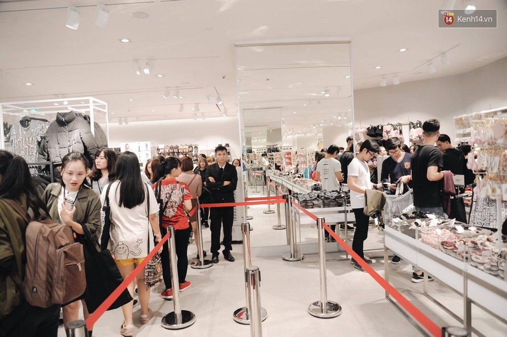 Khai trương H&M Hà Nội: Có hơn 2.000 người đổ về, các bạn trẻ vẫn phải xếp hàng dài chờ được vào mua sắm - Ảnh 25.