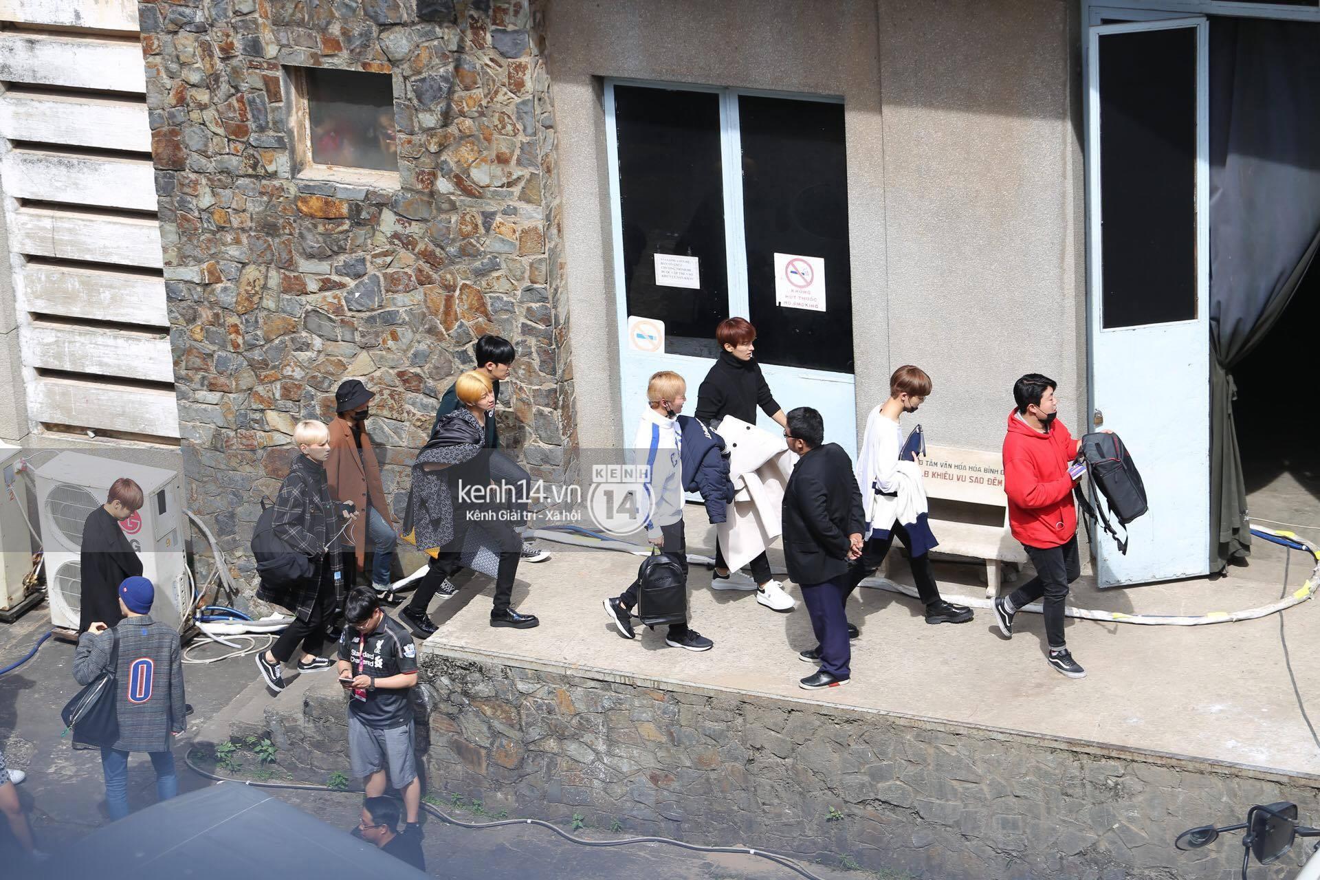 Vừa rời sân bay, Seventeen và Samuel đã đến ngay Nhà hát Hòa Bình để tổng duyệt MAMA 2017 giữa trưa nắng - Ảnh 12.