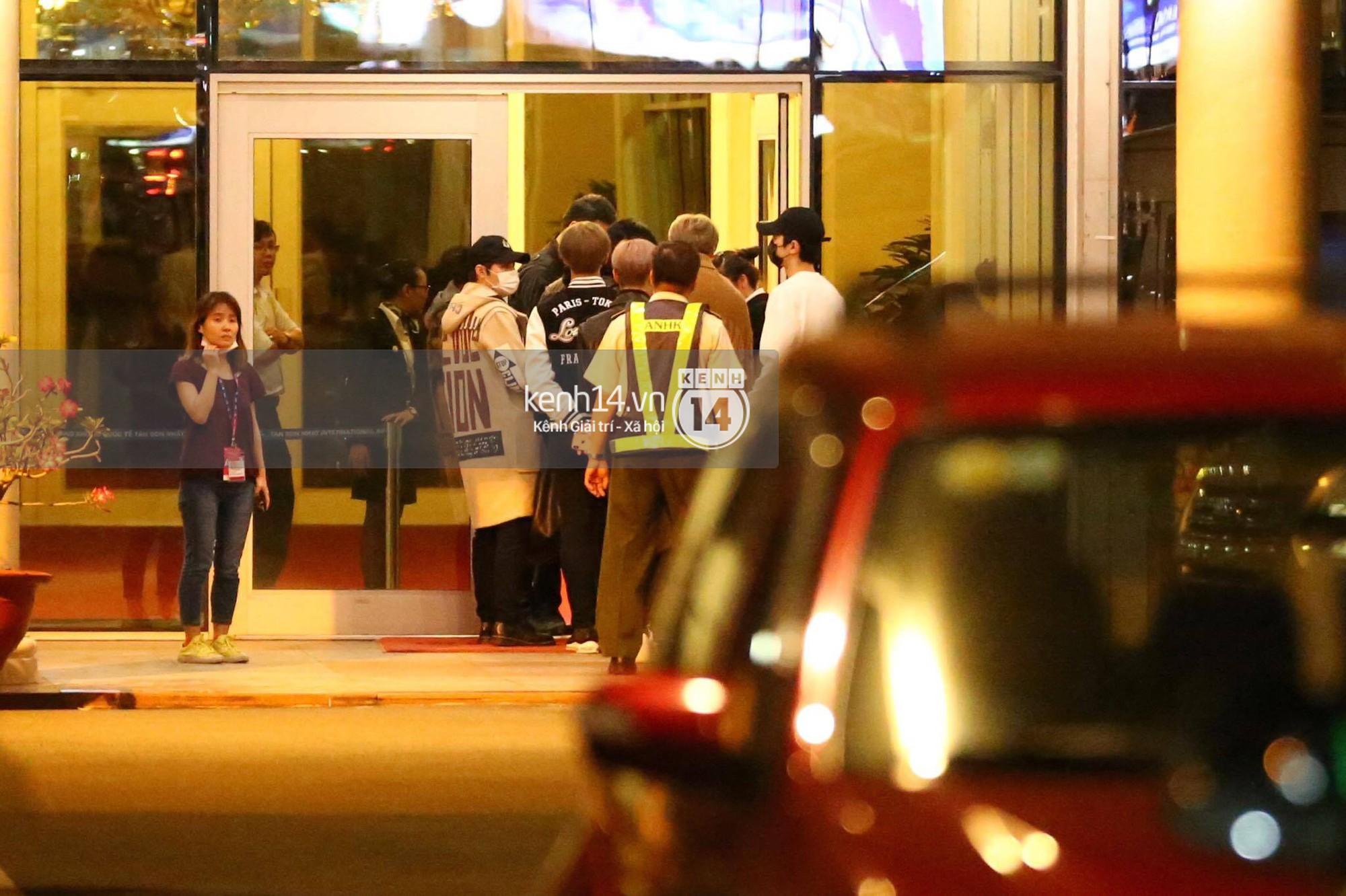 Hình ảnh đối lập: Kết thúc MAMA, Samuel khí thế vẫy tay chào fan Việt, Wanna One ngủ say mặc kệ người hâm mộ - Ảnh 12.