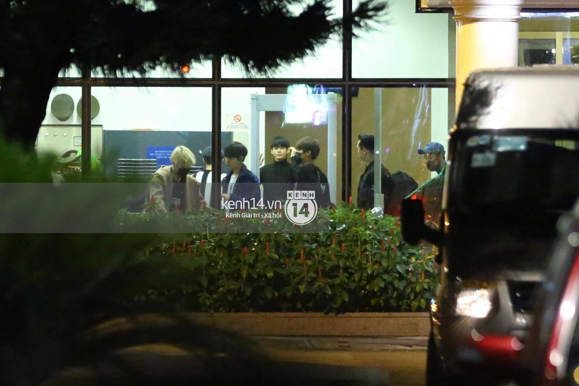 Hình ảnh đối lập: Kết thúc MAMA, Samuel khí thế vẫy tay chào fan Việt, Wanna One ngủ say mặc kệ người hâm mộ - Ảnh 15.