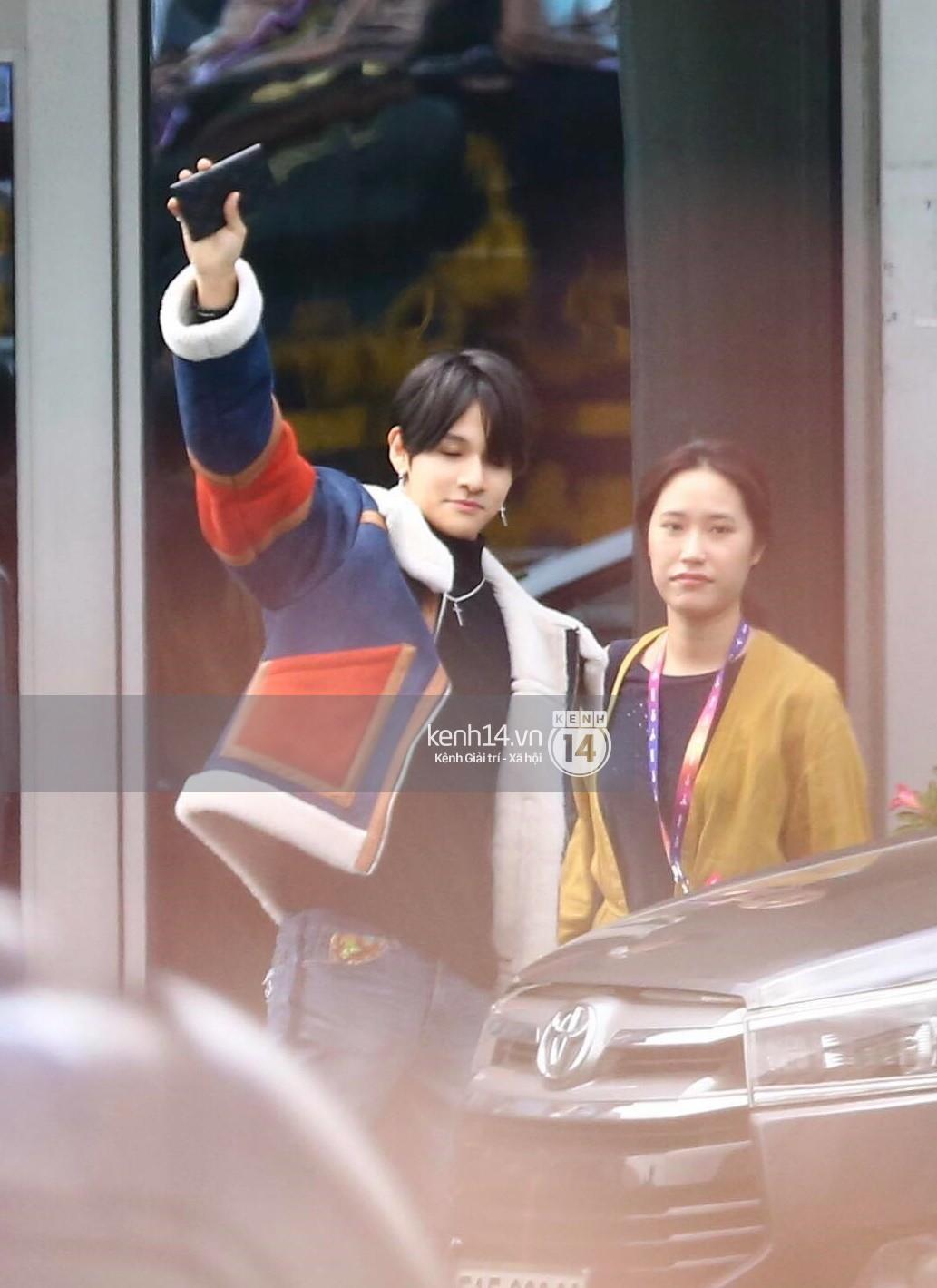 Hoàng tử lai Samuel điển trai, cùng Seventeen ngoái lại chào fan Việt bằng được tại sân bay Tân Sơn Nhất - Ảnh 3.
