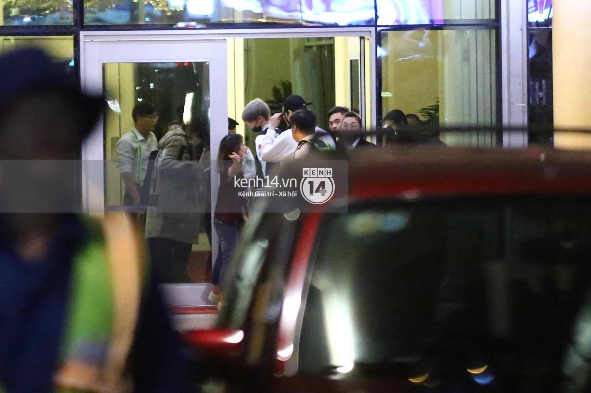 Hình ảnh đối lập: Kết thúc MAMA, Samuel khí thế vẫy tay chào fan Việt, Wanna One ngủ say mặc kệ người hâm mộ - Ảnh 13.