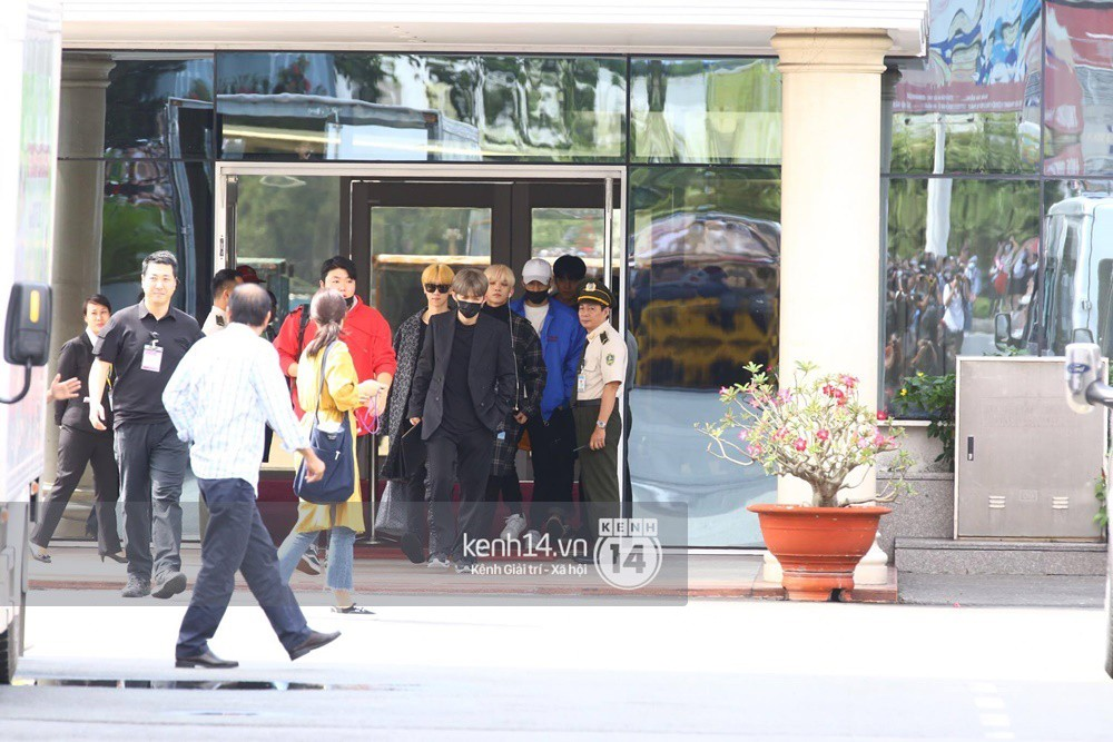 Hoàng tử lai Samuel điển trai, cùng Seventeen ngoái lại chào fan Việt bằng được tại sân bay Tân Sơn Nhất - Ảnh 12.
