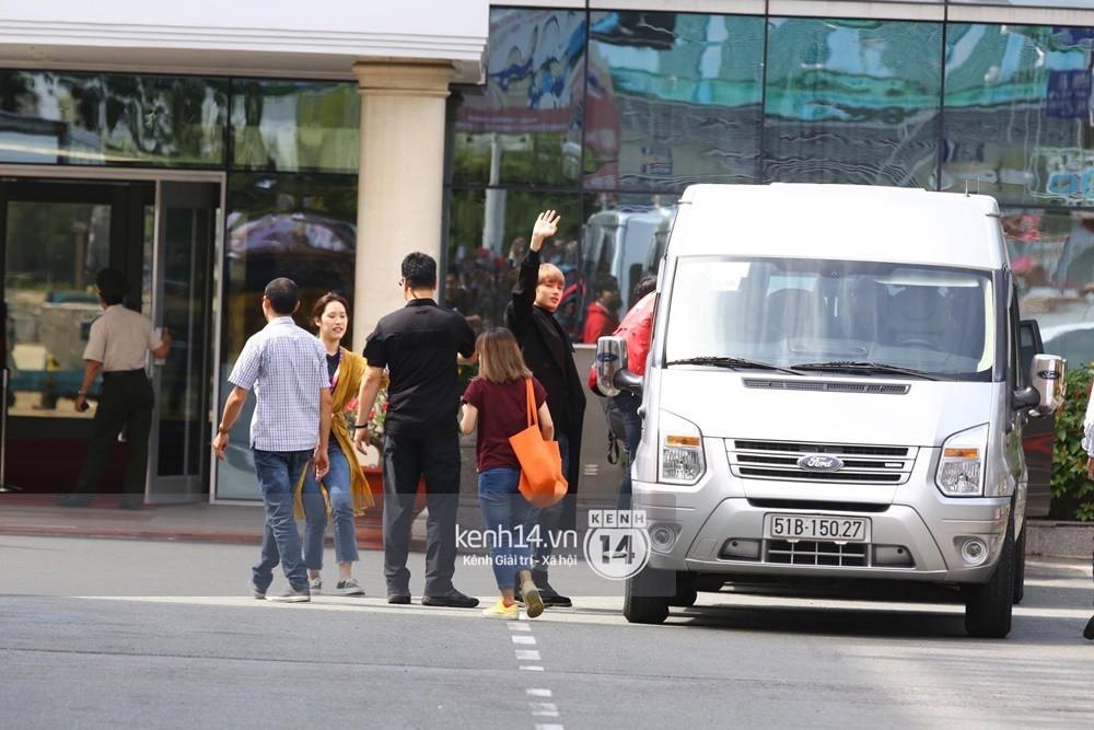 Hoàng tử lai Samuel điển trai, cùng Seventeen ngoái lại chào fan Việt bằng được tại sân bay Tân Sơn Nhất - Ảnh 13.