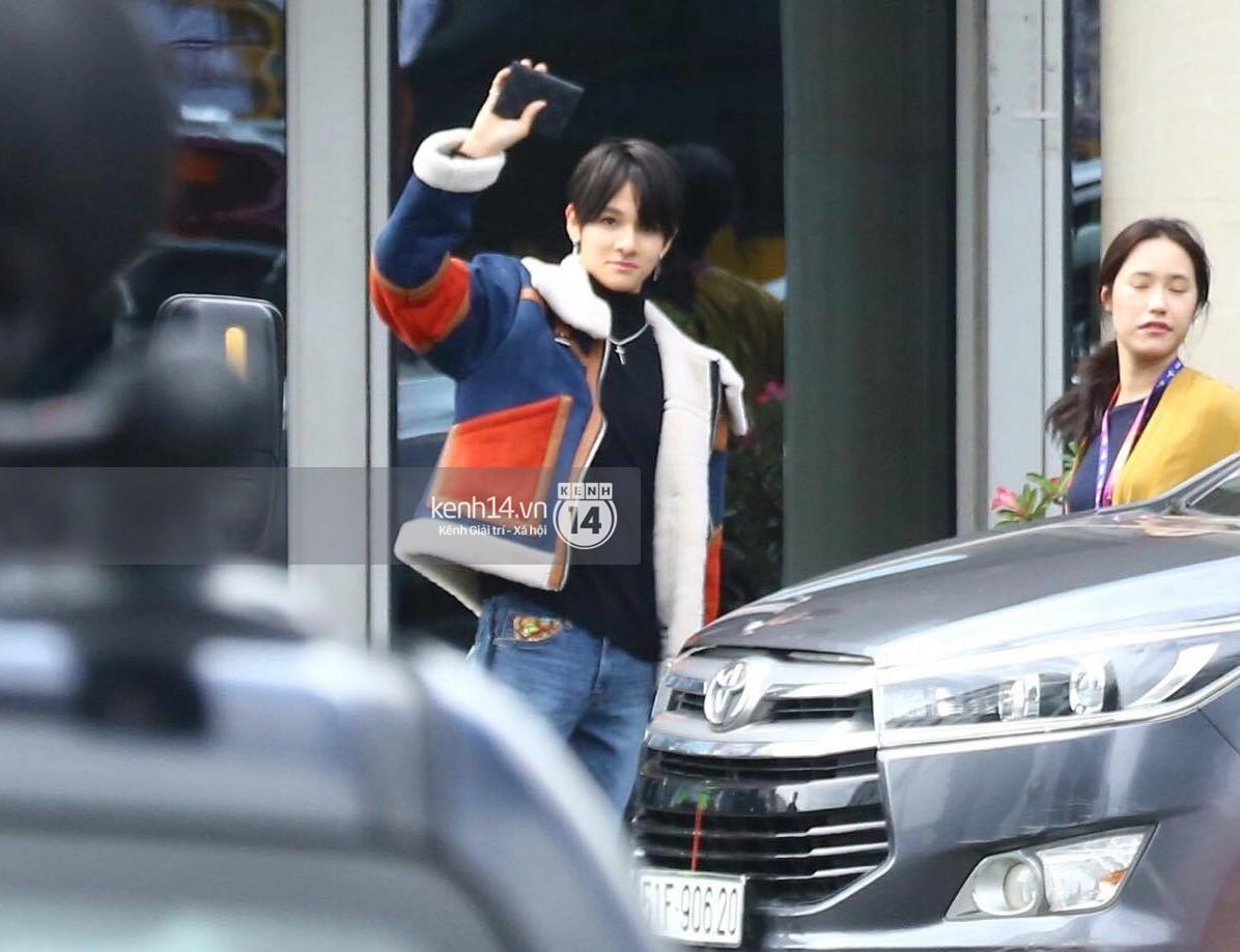 Hoàng tử lai Samuel điển trai, cùng Seventeen ngoái lại chào fan Việt bằng được tại sân bay Tân Sơn Nhất - Ảnh 1.