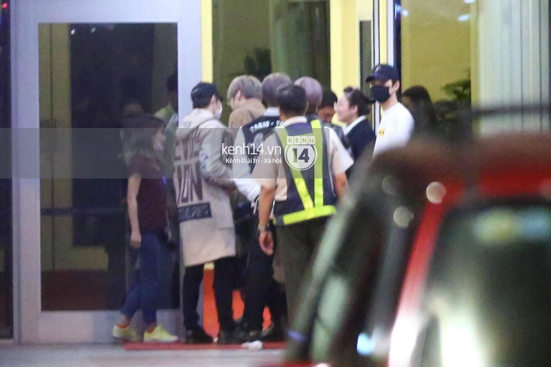 Hình ảnh đối lập: Kết thúc MAMA, Samuel khí thế vẫy tay chào fan Việt, Wanna One ngủ say mặc kệ người hâm mộ - Ảnh 14.