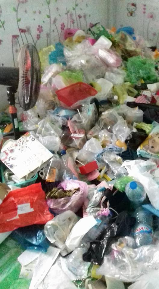 Cô gái đóng cửa nhốt mình trong phòng trọ 5 tháng liền, ở bẩn tới mức gạt rác ra mới thấy sàn nhà - Ảnh 2.
