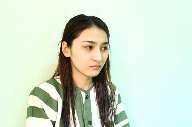 Bị yêu cầu dừng xe kiểm tra, cô gái 20 tuổi xinh như hot girl đánh xé áo công an giữa đường - Ảnh 1.